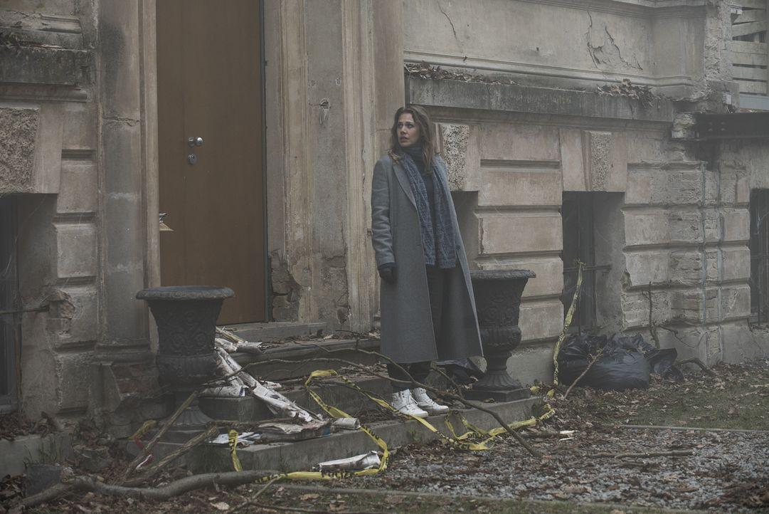 Selbst zwei Jahre nach den grausamen Morden merkt die Journalistin Doro Kagel (Felicitas Woll), dass der Schrecken der Tatnacht im Nebelhaus noch im... - Bildquelle: Stephanie Kulbach SAT.1