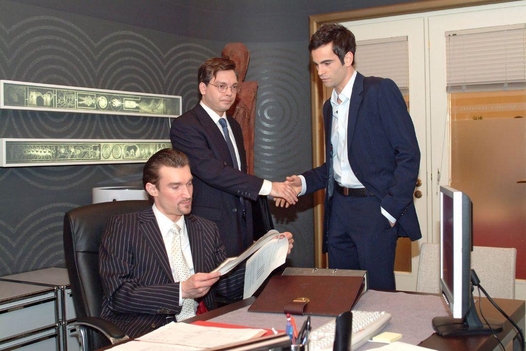 Richard (Karim Köster, l.) muss eine Niederlage einstecken, als der Finanzprüfer (Helmut Finke, M.) David (Mathis Künzler, r.) zu seinen makellos... - Bildquelle: Sat.1