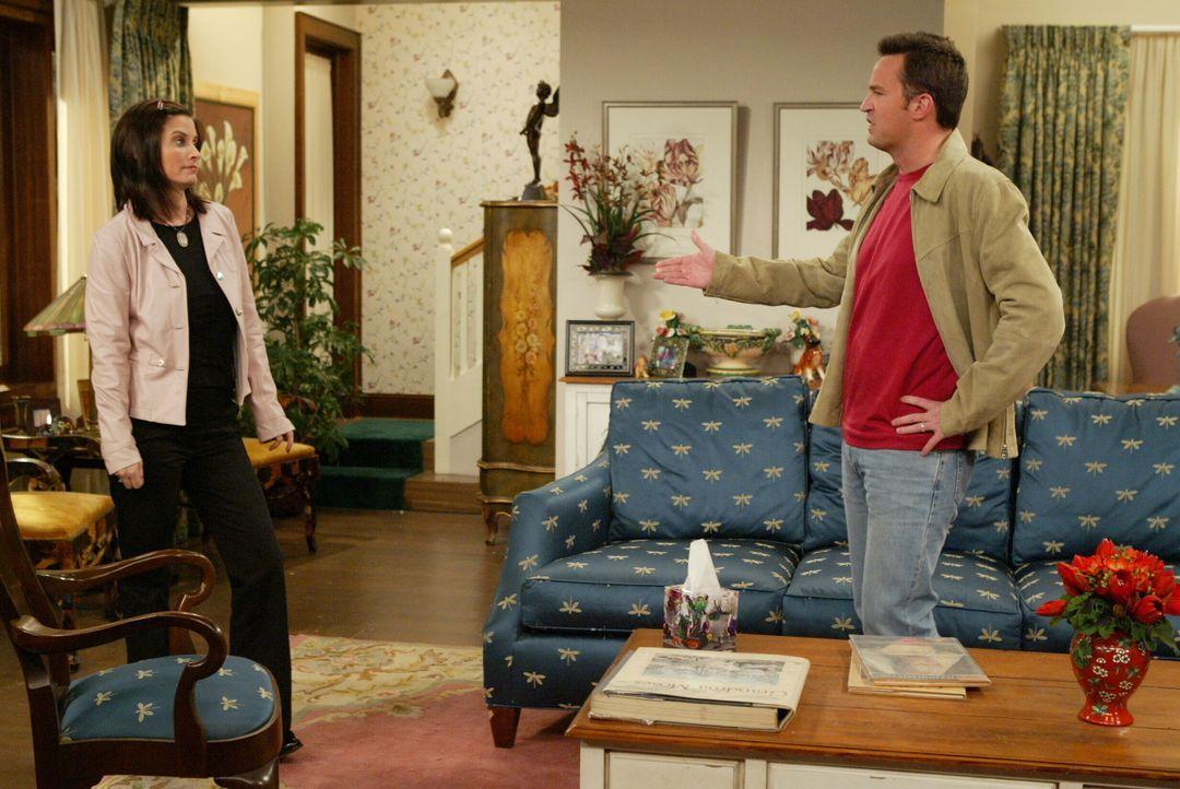 Chandler (Matthew Perry, r.) und Monica (Courteney Cox, l.) freuen sich auf ihr neues Zuhause. Doch damit ist es vorbei, als sie erfahren, dass Jani... - Bildquelle: 2003 Warner Brothers International Television