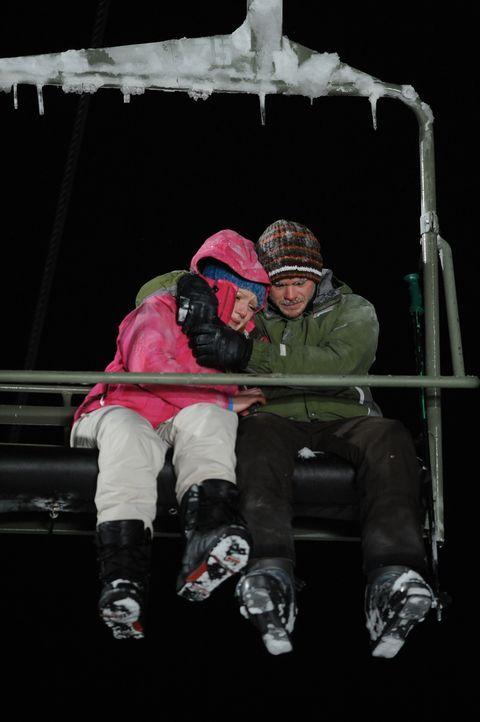 Nachdem Dan den Wölfen zum Opfer gefallen ist, beschließen Joe (Shawn Ashmore, r.) und Parker (Emma Bell, l.), die Nacht im Lift zu verbringen. Bei... - Bildquelle: Fred Hayes Frostbite Features, Inc.