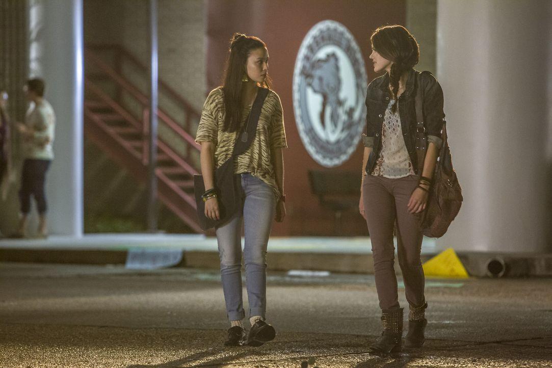 Die Freundschaft von Julia (Malese Jow, l.) und Emery (Aimeé Teegarden, r.) wird durch Roman auf eine harte Probe gestellt ... - Bildquelle: 2014 The CW Network, LLC. All rights reserved.