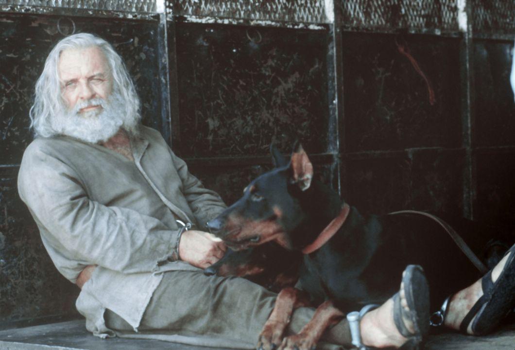 Dem Primatenforscher Dr. Powell (Anthony Hopkins) fressen die wildesten Tiere nach kürzester Zeit aus der Hand - selbst ein Bluthund wird bei ihm z... - Bildquelle: Spyglass Entertainment Group.