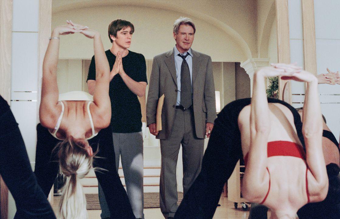 Während Joe Gavilan (Harrison Ford, r.) seine Arbeitszeit meist dem Immobiliengeschäft widmet, gibt K.C. Calden (Josh Hartnett, l.) schönen Frauen J... - Bildquelle: 2003 Sony Pictures Television International. All Rights Reserved.