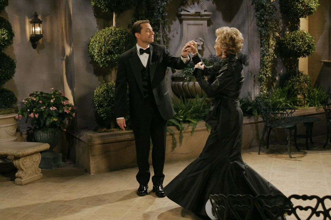 Alan (Jon Cryer, l.) erscheint das Angebot von Norma (Cloris Leachman, r.) so verlockend, dass er sich auf das Angebot einlässt. Doch nachdem die b... - Bildquelle: Warner Brothers Entertainment Inc.