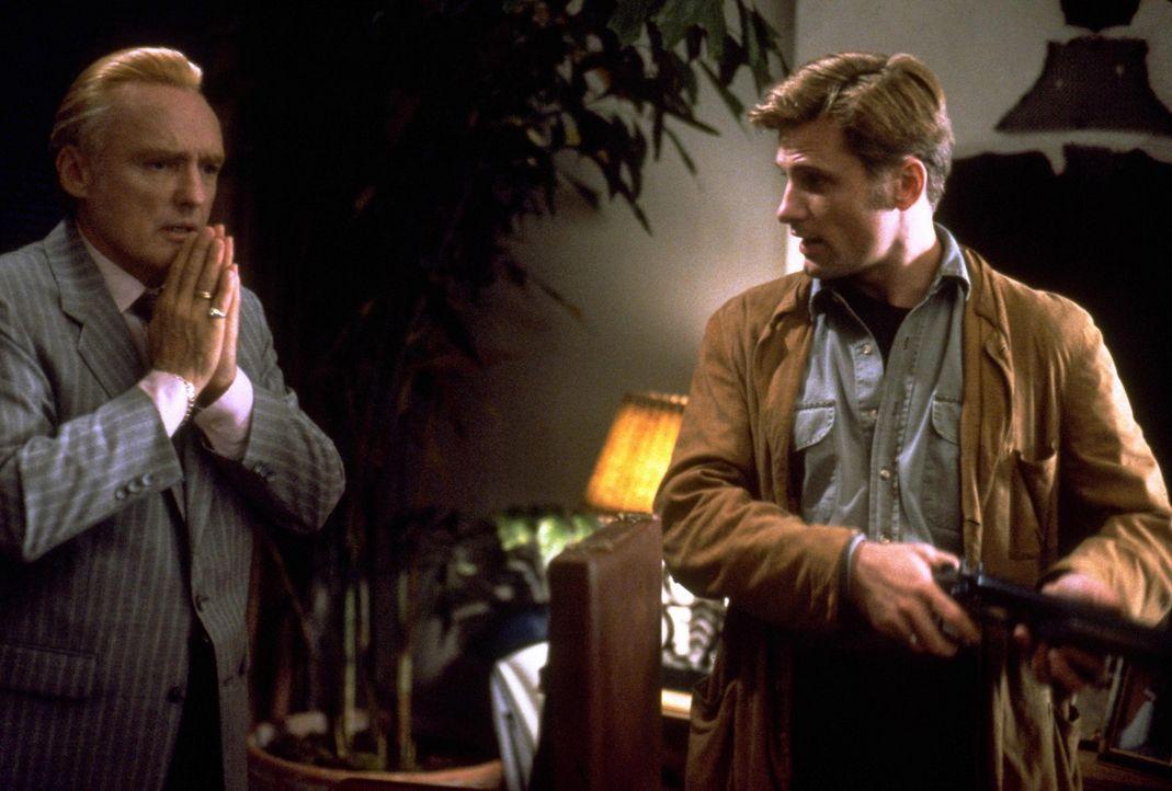 Red (Dennis Hopper, l.) fleht seinen Kumpan Ronnie (Viggo Mortensen, r.) an, endlich die Waffe fallen zu lassen ... - Bildquelle: Warner Bros.