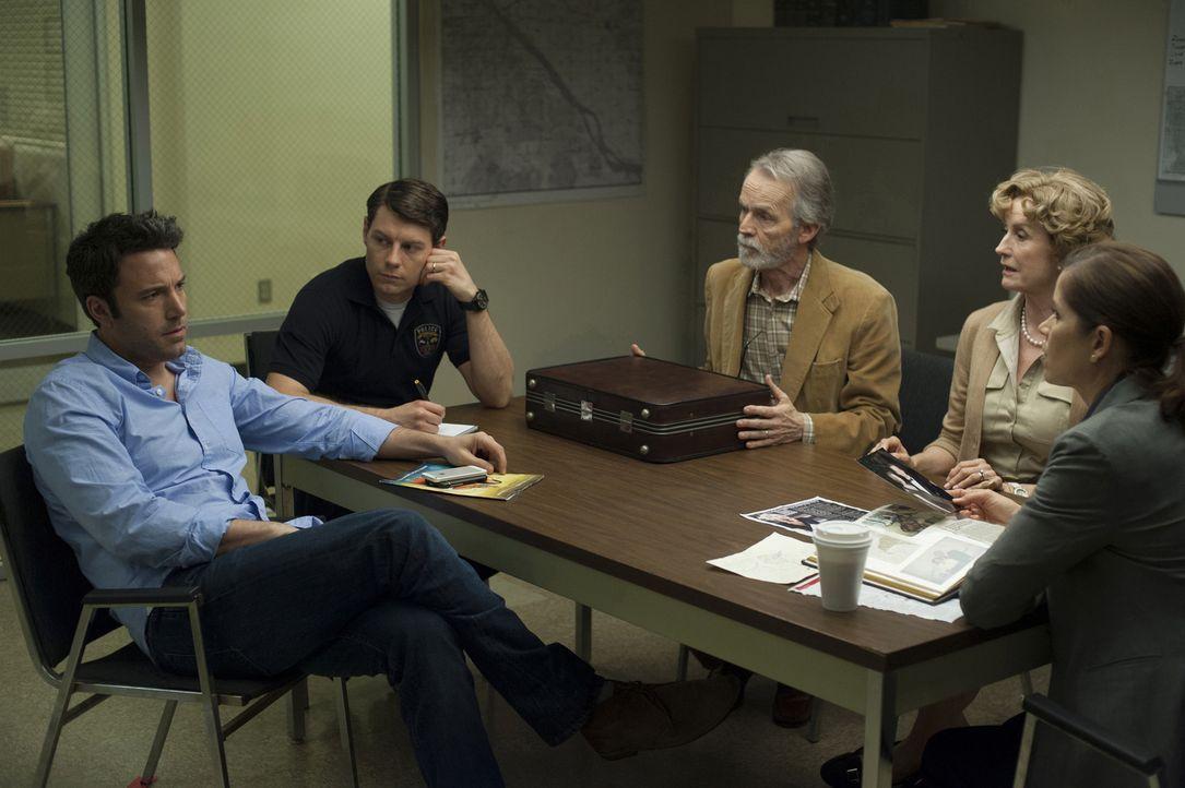 Als seine Frau spurlos verschwindet, wenden sich Nick (Ben Affleck, l.) und seine Schwiegereltern (Lisa Barnes, 2.v.r., David Clennon, 3.v.r.) an di... - Bildquelle: 2014 Twentieth Century Fox Film Corporation.  All rights reserved.