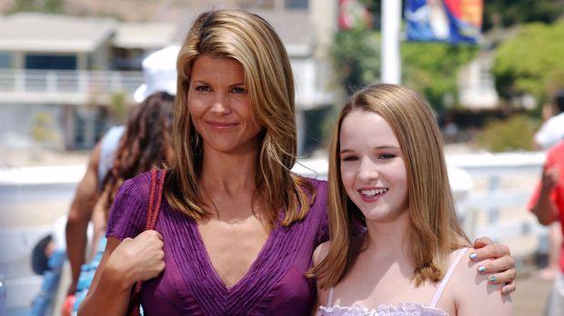 Nikki (Kay Panabaker, r.) und Ava (Lori Loughlin, l.) verbringen einen schöne...