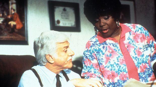 Delores (Delores Hall, r.) redet Sloan (Dick Van Dyke, l.) ins Gewissen. © CB...
