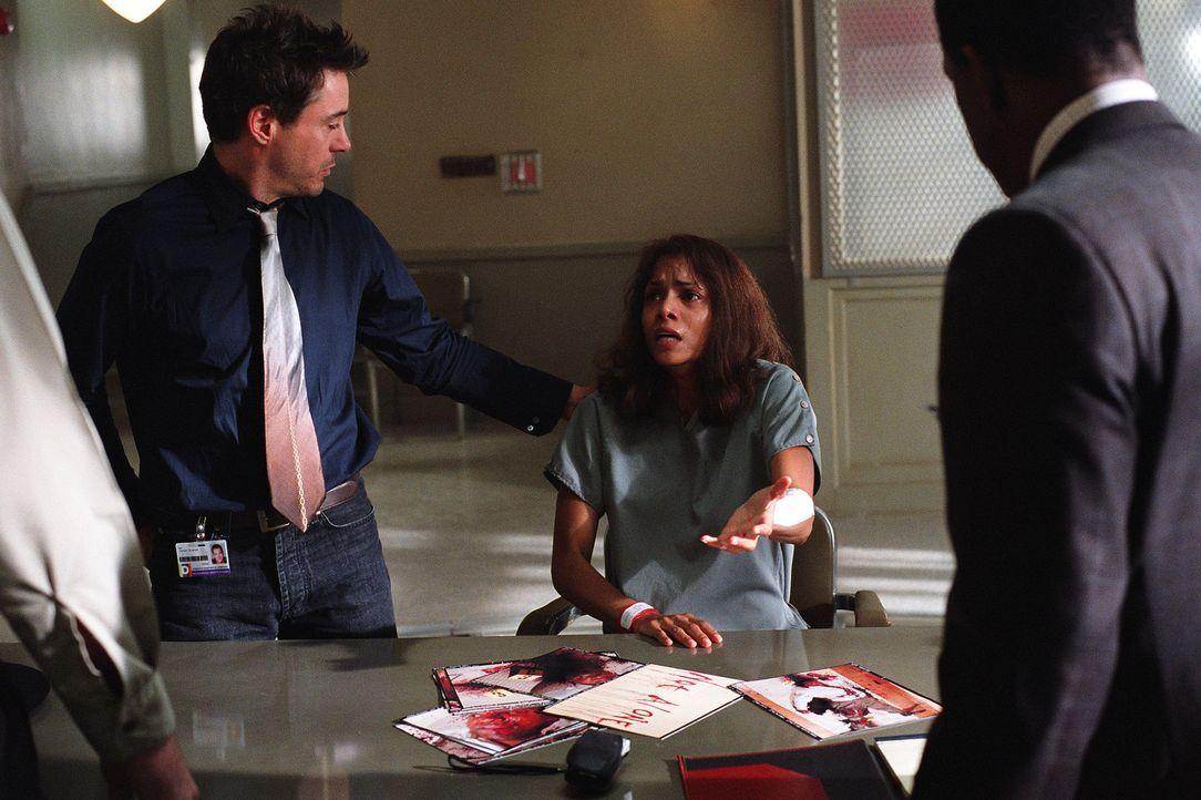 Ihr Kollege Pete Graham (Robert Downey jr., l.) weiß nicht, was er glauben soll: Hat Psychologin Miranda Grey (Halle Berry, r.) ihren Gatten ermord... - Bildquelle: 2004 Sony Pictures Television International. All Rights Reserved.