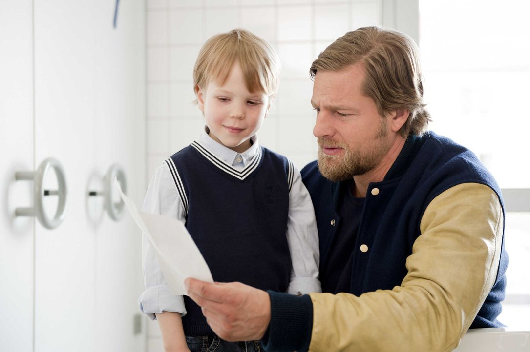 Der kleine Johannes (Felix Arndt, l.) hat nur einen Wunsch: Er will endlich in einen Kindergarten, in dem man noch spielen darf. Für Mick (Henning B... - Bildquelle: Martin Rottenkolber SAT.1