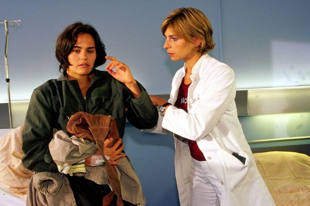 Dr. Sommer (Maria Bachmann, r.) versucht, die Ursache für Maries (Tilla Borgelt, l.) rätselhafte Zusammenbrüche zu finden. - Bildquelle: Oliver Pflug Sat.1/Pflug