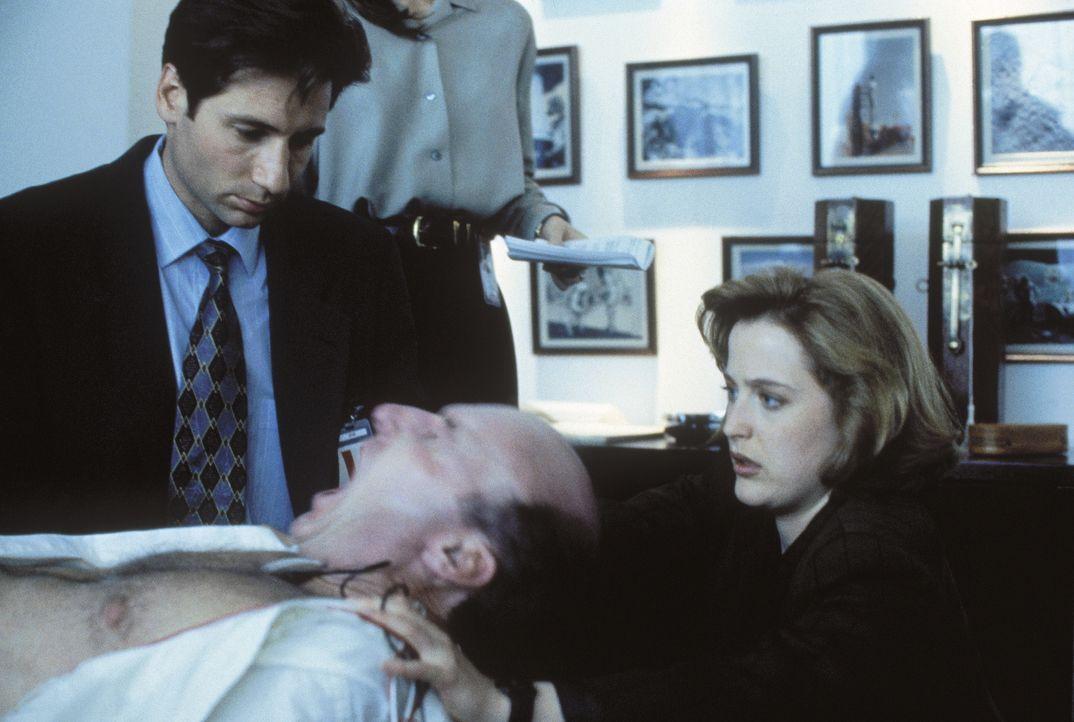 Besessen von einem außerirdischen Wesen, versuchen Mulder (David Duchovny, l.) und Scully (Gillian Anderson, r.), den Projektleiter Colonel Belt (Ed... - Bildquelle: TM +   Twentieth Century Fox Film Corporation. All Rights Reserved.