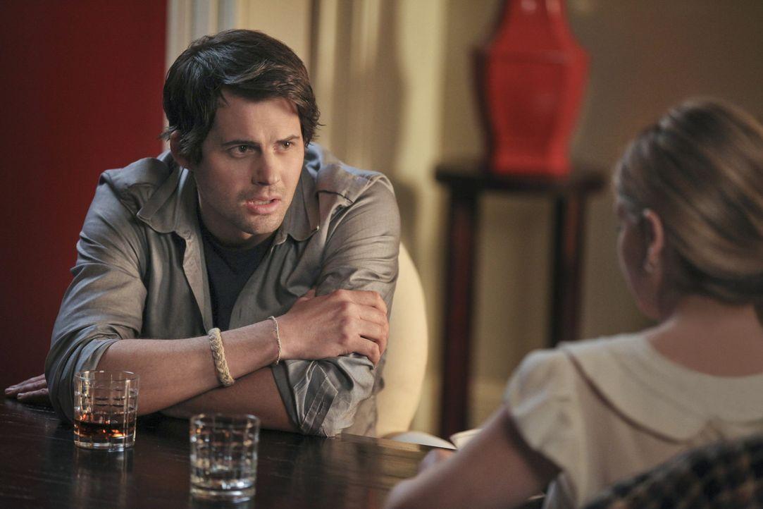 Siobhan (Sarah Michelle Gellar, r.) erzählt Henry (Kristoffer Polaha, l.), warum sie ihre Schwester Bridget so hasst ... - Bildquelle: 2011 THE CW NETWORK, LLC. ALL RIGHTS RESERVED