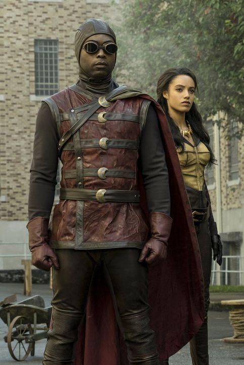 Dr. Mid-Nite (Kwesi Ameyaw, l.) und Amaya Jiwe alias Vixen (Maisie Richardson-Sellers, r.), zwei Mitglieder der Justice Society of America, sind all... - Bildquelle: Warner Brothers