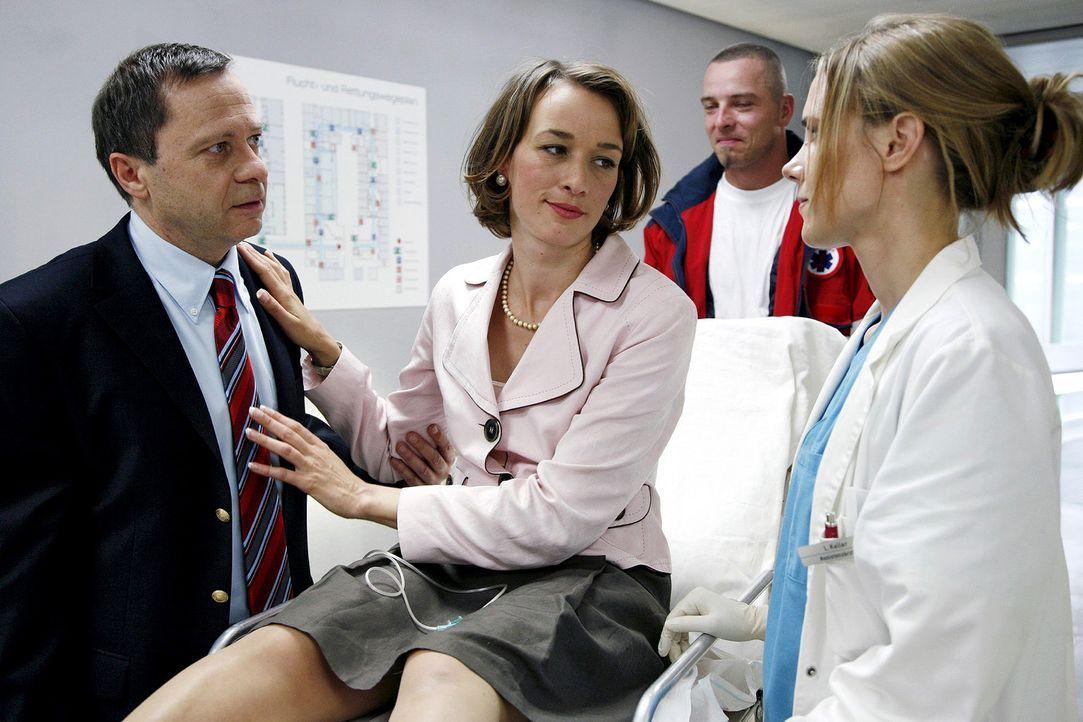 Rebecca Gabriel (Katarina Gaub, M.) wird mit einem Kreislaufkollaps in die Klinik eingeliefert, verweigert aber jegliche Untersuchung. Bald ist auch... - Bildquelle: Mosch Sat.1