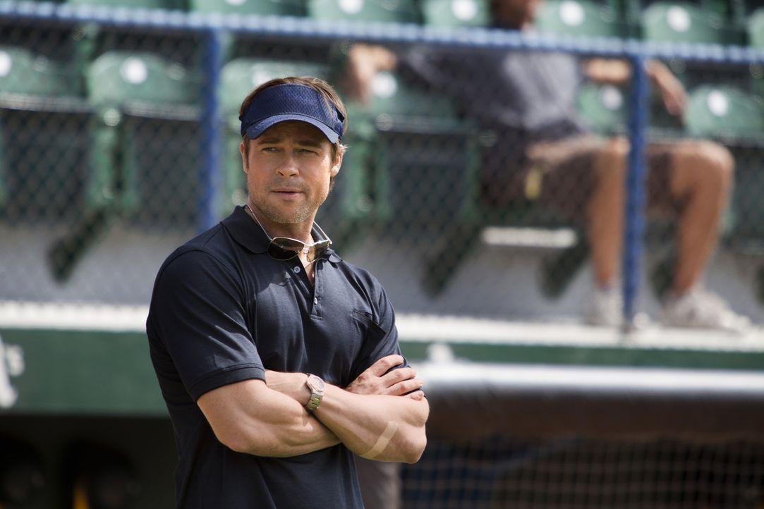 Weil er für das Einkaufen neuer, gut bewerteter Spieler nur wenig Geld erhält, dümpelt der Baseballclub von Manager Billy Beane (Brad Pitt) eher am... - Bildquelle: 2011 Columbia TriStar Marketing Group, Inc.  All rights reserved.