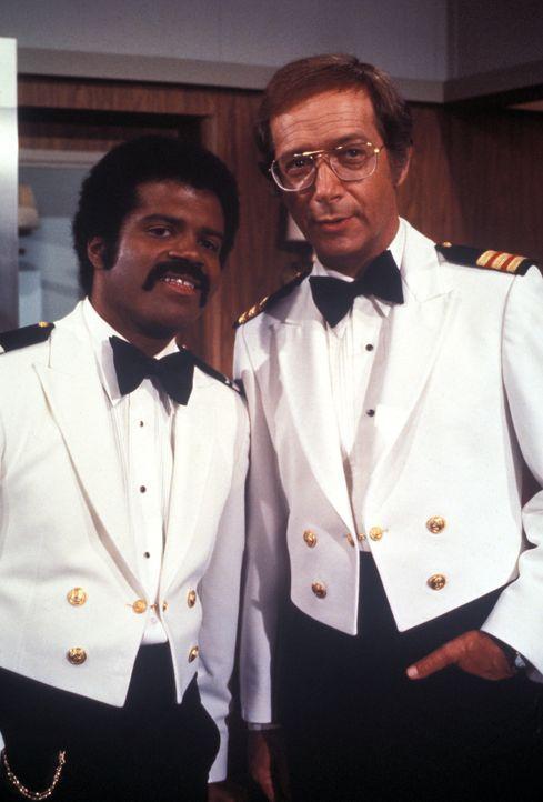 (4. Staffel) - Die Gäste sollen sich auf der Pacific Princess so wohl wie nur möglich fühlen. Barkeeper Isaac Washington (Ted Lange, l.) und Doktor... - Bildquelle: CBS Studios Inc. All Rights Reserved.