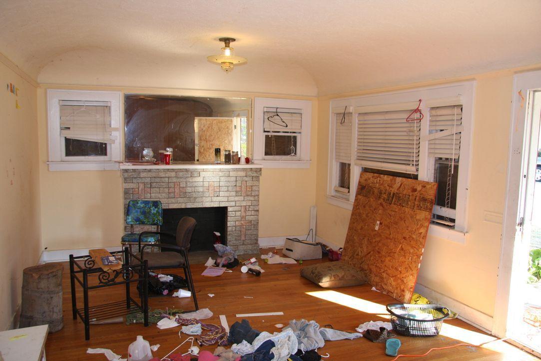 Kein Ort zum Leben: Lässt sich das Wohnzimmer in ein gemütliches Zuhause verwandeln? - Bildquelle: 2014,HGTV/Scripps Networks, LLC. All Rights Reserved