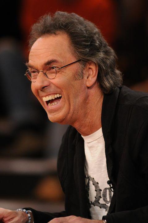 Hugo Egon Balder hat wie immer Spaß beim Moderieren der Sendung. - Bildquelle: Sat.1