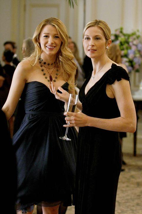 Als Serena (Blake Lively, l.) bei dem Probedinner zur bevorstehenden Hochzeit auftaucht, wird sie von ihrer Mutter Lilly (Kelly Rutherford, r.) mit... - Bildquelle: Warner Bros. Television