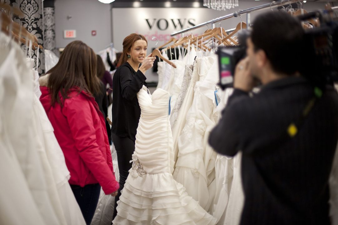 Gina (l.) und Barb (M.) sind auf der Suche nach dem perfekten Kleid, das auch das Budget nicht sprengt ... - Bildquelle: TLC