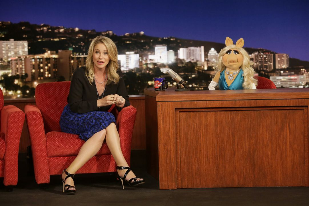 """Christina Applegate (l.) ist bei """"Up Late with Miss Piggy"""" zu Gast und sie hat eine Überraschung für die Zuschauer und Miss Piggy (r.) dabei ... - Bildquelle: Nicole Wilder ABC Studios"""