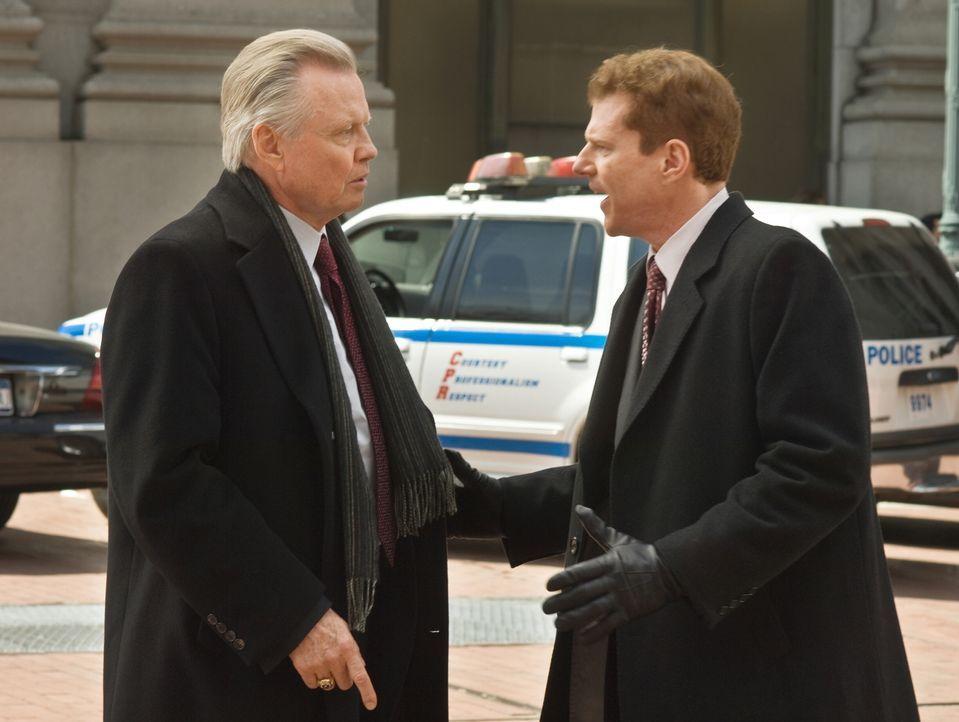 Vier New Yorker Cops starben in einem Hinterhalt. Bereits nach kurzer Zeit muss sich der integre Chief Detective Francis Tierney Sr. (Jon Voight, l.... - Bildquelle: 2008   Warner Brothers