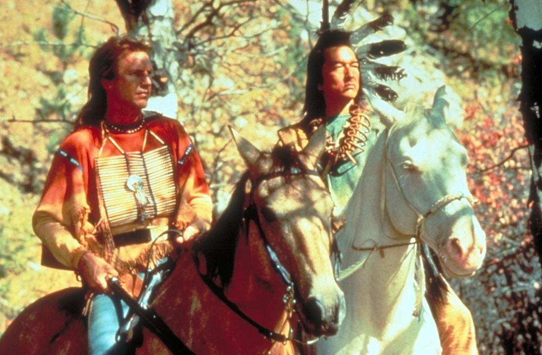 """Nach anfänglichem Misstrauen erkennen die Indianer die aufrichtige Haltung von John (Kevin Costner, l.) an. Sein neuer Freund """"Strampelnder Vogel""""... - Bildquelle: Orion Pictures Corporation"""