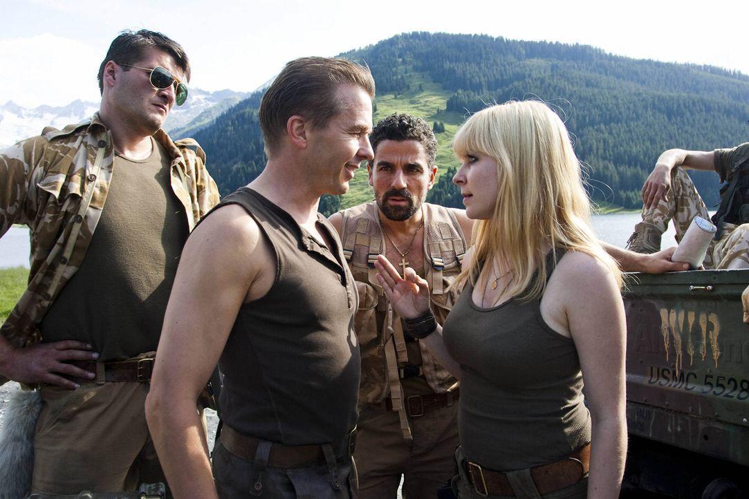 Schatzjäger Paul (Serge Falck 2.v.l. ) und Sheila (Jasmin Schwiers, r.) heften sich mit ihrer Gang an Tims und Okis Fersen ... - Bildquelle: Chris Hirschhäuser SAT.1