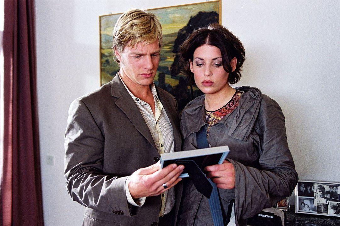 Die ermordete Journalistin lebte bei den Eltern ihres verstorbenen Ex-Mannes. Nina (Elena Uhlig, r.) und Leo (Henning Baum, l.) treffen auf eine seh... - Bildquelle: Christian A. Rieger Sat.1
