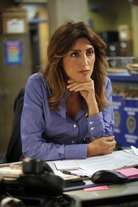Arbeitet an einem neuen Fall: Jackie (Jennifer Esposito) - Bildquelle: 2010 CBS Broadcasting Inc. All Rights Reserved