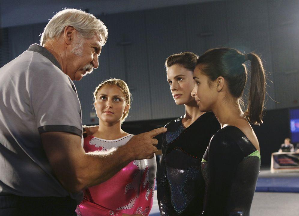 Lauren (Cassie Scerbo, 2.v.l.), Emily (Chelsea Hobbs, 2.v.r.) und Kaylie (Josie Loren, r.) sind am Tag des Wettkampfs sehr aufgeregt und Dimitri Bel... - Bildquelle: 2010 Disney Enterprises, Inc. All rights reserved.