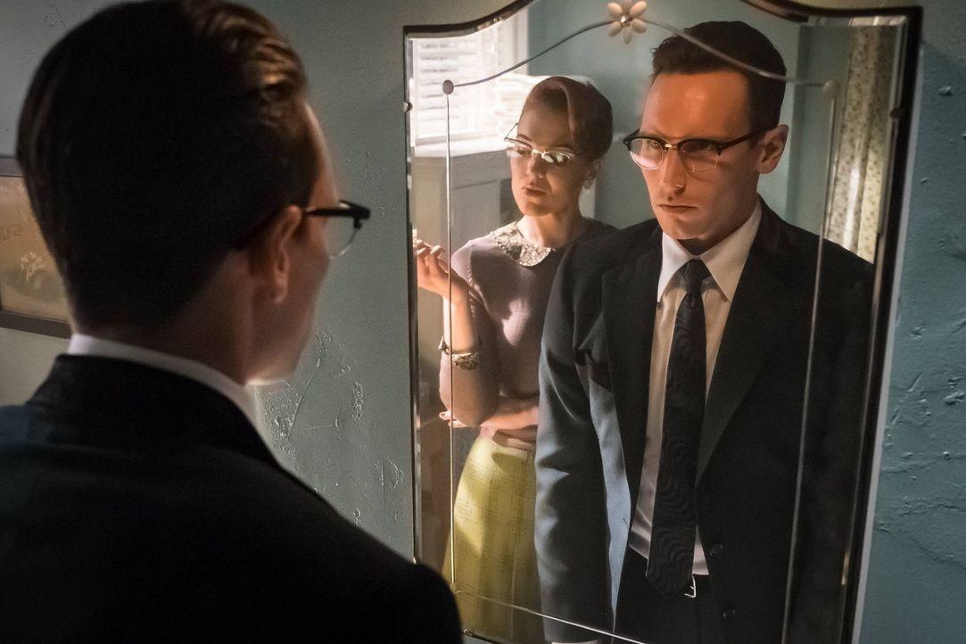 Eigentlich ist Ed (Cory Michael Smith, r.) glücklich mit Isabella, doch dann erscheint ihm Kristen Kringle (Chelsea Spack, l.) ... - Bildquelle: Warner Brothers