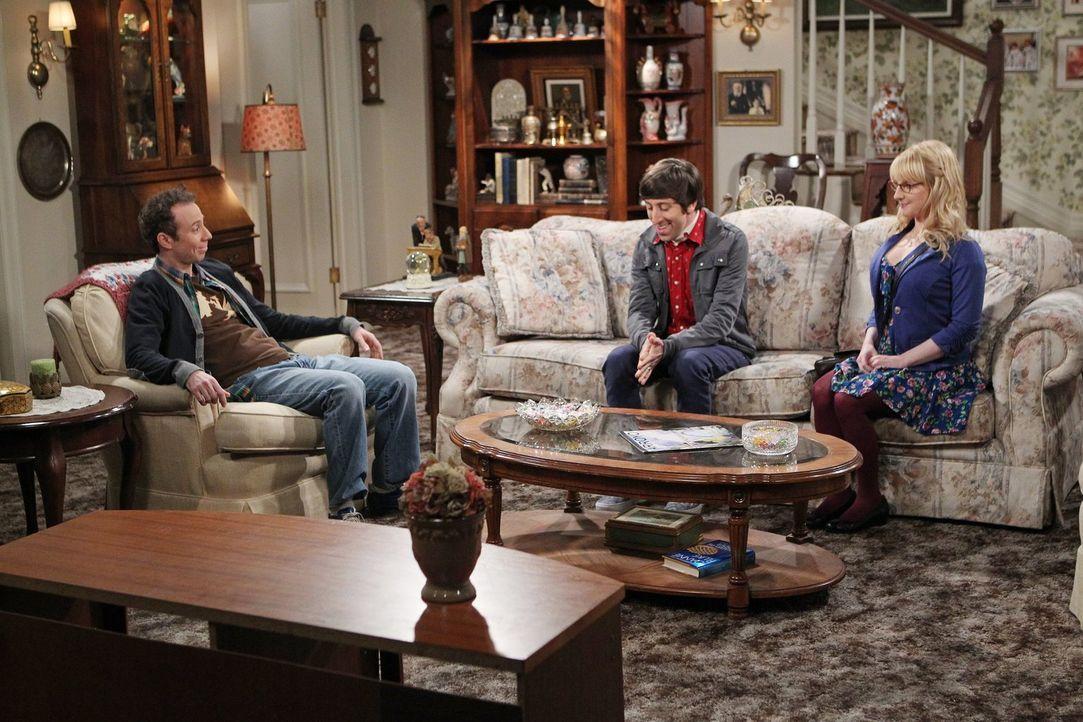 Howard (Simon Helberg, M.) und Bernadette (Melissa Rauch, r.) hoffen, das Stuart (Kevin Sussman, l.) bald bei Howards Mutter auszieht und wieder auf... - Bildquelle: Warner Brothers