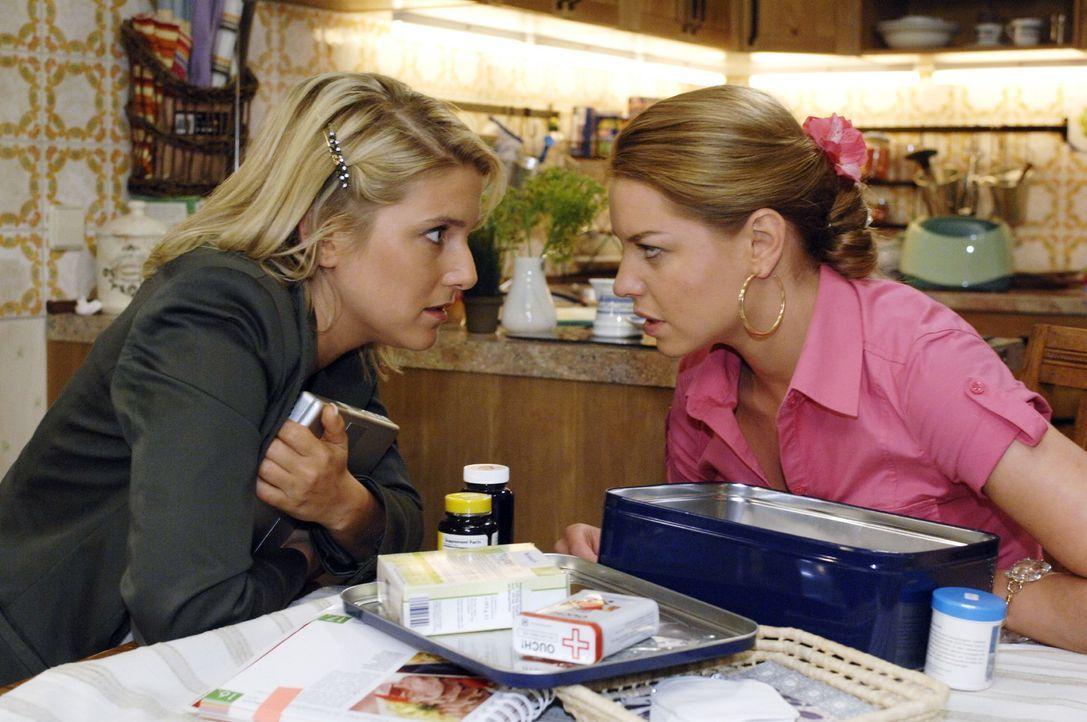 Anna (Jeanette Biedermann, l.) versucht herauszufinden, wer hinter dem Datenverlust steckt - und versichert sich, dass Katja (Karolina Lodyga, r.) n... - Bildquelle: Oliver Ziebe Sat.1