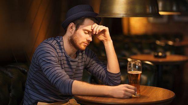 Tinder Anzeigebild mit traurigem Single