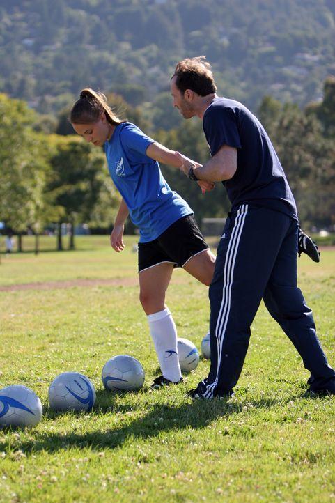 Sara (Leah Pipes, r.) hat den besten Trainer der Welt: ihren Vater Gil (Scott Patterson, l.) ... - Bildquelle: Showcase Entertainment