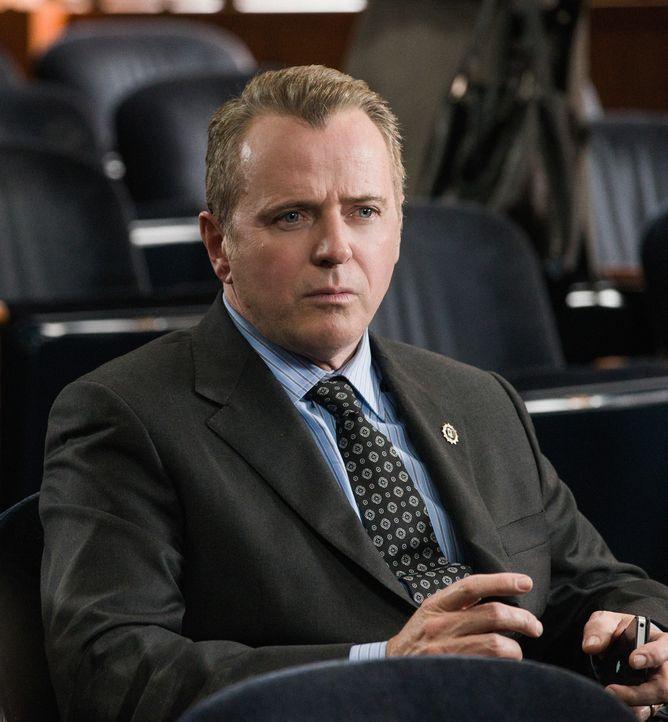 Capt. Thomas Gregson (Aidan Quinn) muss ebenfalls in Holmes' Fall vor dem Polizeigericht aussagen. Doch wird er ihm helfen können, als Unschuldiger... - Bildquelle: CBS Television