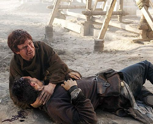 Auch Tom Builder (Rufus Sewell) gehört u den Opfern des Überfalls. Für Jack (Eddie Redmayne) bricht eine Welt zusammen.  - Bildquelle: Egon Endrenyi - Tandem Productions - Pillars Productions