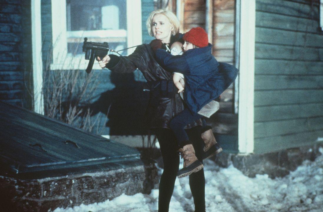 Plötzlich muss Charly (Geena Davis, l.) um ihr eigenes und das Leben ihrer Tochter kämpfen, denn gefährliche Geheimagenten haben sich an ihre Fersen... - Bildquelle: New Line Cinema