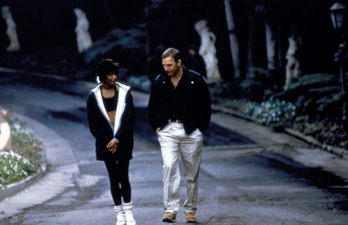 Der Top-Bodyguard Frank Farmer (Kevin Costner, r.) versucht, seine Gefühle zu der hübschen Sängerin Rachel Marron (Whitney Houston, l.) zu unterd... - Bildquelle: Warner Bros.