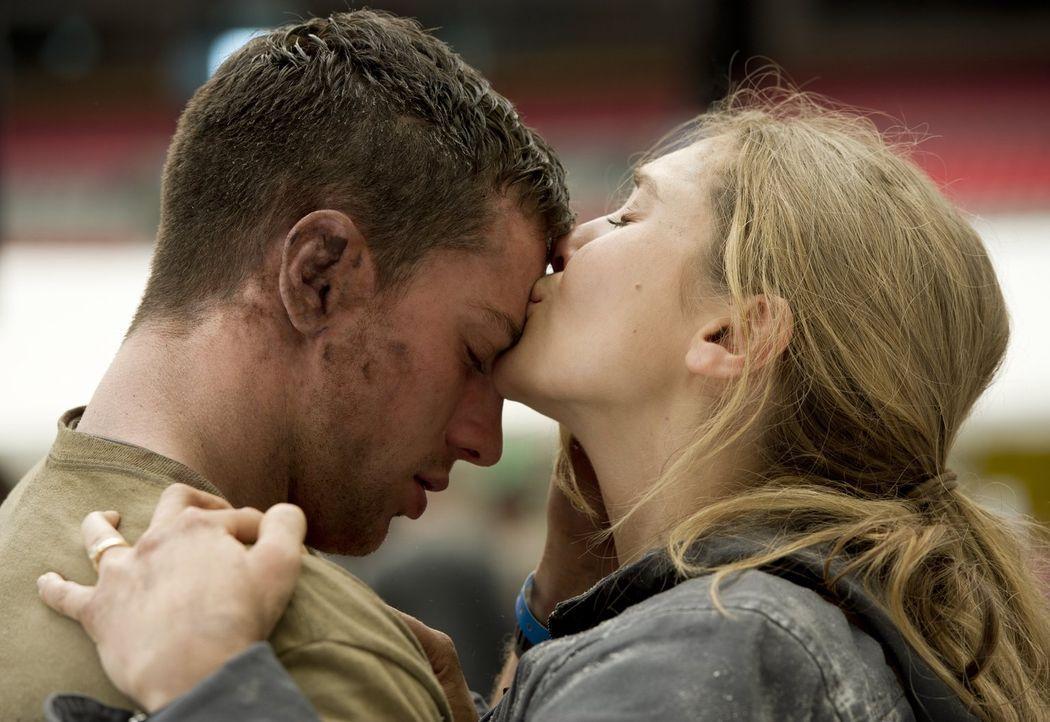 Während die Urzeitmonster eine Schneise der Zerstörung hinterlassen, gelingt es Ford Brody (Aaron Taylor-Johnson, l.) in San Francisco seine Frau El... - Bildquelle: 2014   Warner Bros.