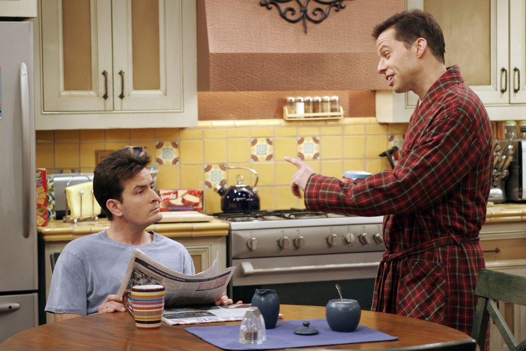 Als Judith zu einer Verabredung geht, wird Alan (Jon Cryer, r.) nervös und bittet Charlie (Charlie Sheen, l.), ihm ebenfalls ein Date zu verschaffen... - Bildquelle: Warner Brothers Entertainment Inc.