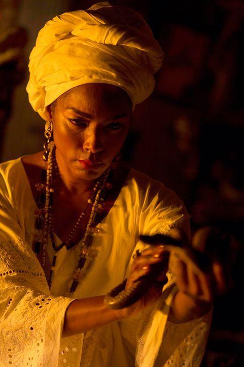 Marie Laveau (Angela Bassett) wappnet sich für einen Kampf gegen die weißen Hexen und wird nicht auf einen Angriff warten ... - Bildquelle: 2013-2014 Fox and its related entities. All rights reserved.