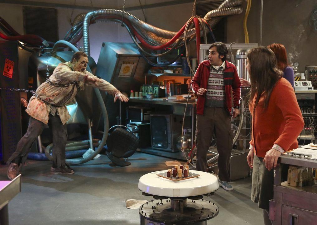 """Werden sie aus dem """"Escape Room"""" in dem sich ein Zombie (Max Adler, l.) befindet, entkommen können? Leonard, Amy (Mayim Bialik, 2.v.r.), Raj (Kunal... - Bildquelle: Warner Bros. Television"""