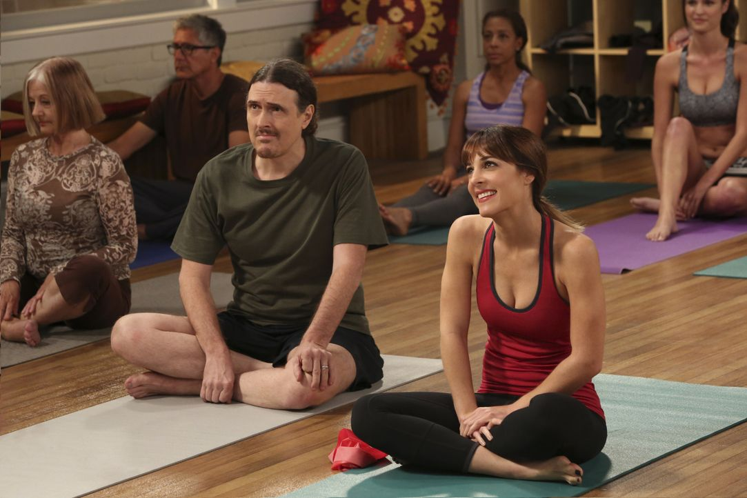 Während Emily (Lindsay Sloane, r.) noch gute Miene zum bösen Spiel macht, hat Steve (Weird Al Yankovic, vorne M.) so gar keine Lust auf Felix' selts... - Bildquelle: Michael Yarish 2014 CBS Broadcasting, Inc. All Rights Reserved