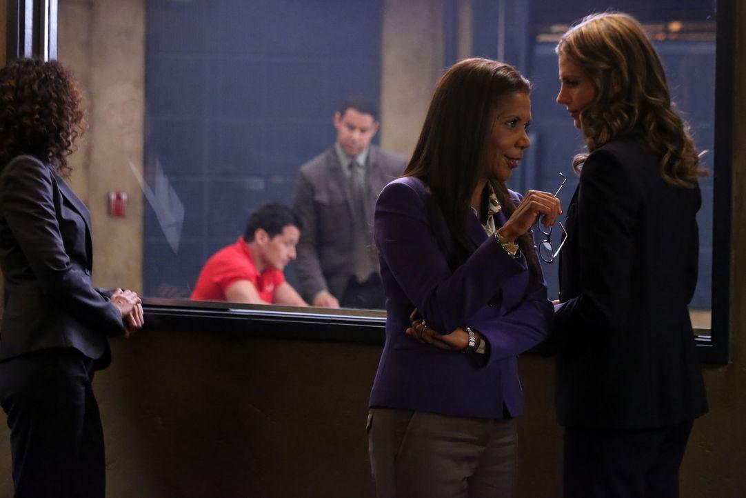 Während Javier Esposito (Jon Huertas, M.) den Verdächtigen Ramon Russo (Antonio Sabato Jr., 2.v.l.) verhört, sind sich Victoria Gates (Penny Johnson... - Bildquelle: ABC Studios