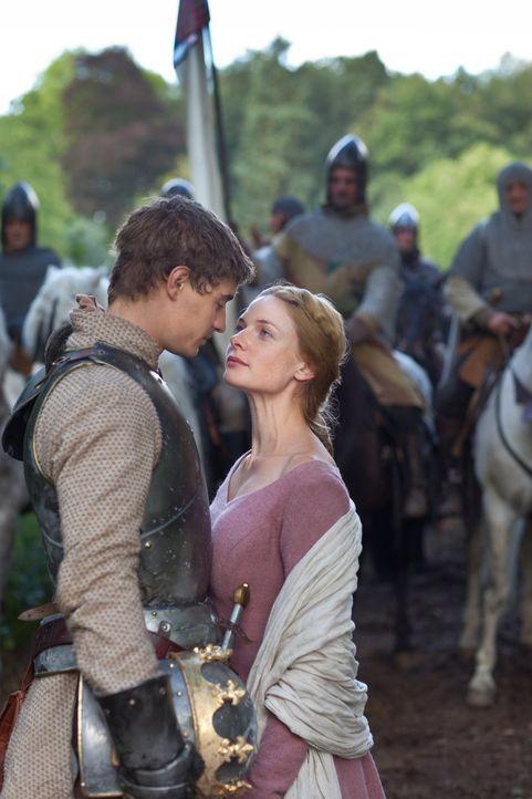 Elizabeth Woodville (Rebecca Ferguson, r.) fühlt sich zu König Edward IV (Max Irons, l.) hingezogen. Wie sieht es mit seinen Gefühlen für die La... - Bildquelle: 2013 Starz Entertainment LLC, All rights reserved