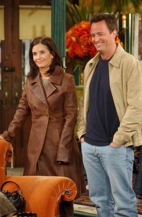Monica (Courteney Cox, l.) und Chandler (Matthew Perry, r.) wollen das Kind von Erica adoptieren, doch als diese erfährt, dass Monica und Chandler n... - Bildquelle: 2003 Warner Brothers International Television