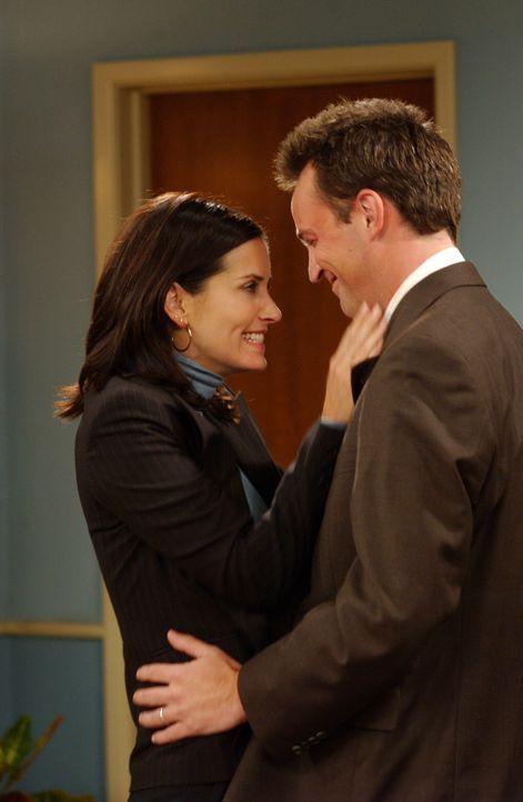 Obwohl die Adoptionsagentur einen Fehler gemacht hat, können Chandler (Matthew Perry, r.) und Monica (Courteney Cox, l.) die leibliche Mutter von si... - Bildquelle: 2003 Warner Brothers International Television